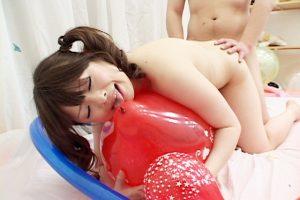 オナニー最中の女の子に風船でイタズラ ガクガク震えながら崩れ落ちた