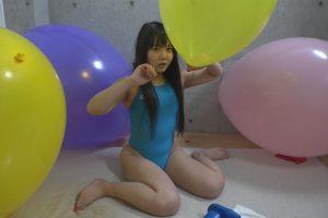 ロリ美少女玉響桃乃が風船プレイに挑戦 フェチなら興奮 可愛過ぎる競泳水着姿での風船割りも
