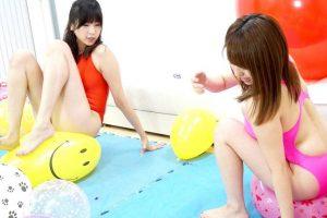 巨乳女子とリアルGTS女子が競泳水着で風船プレイ 破裂する風船割りで叫び興奮状態に