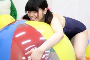 香穂ちゃんがビーチボールで新感覚のプレイを実践 快楽に溺れる姿がエロい風船フェチ動画